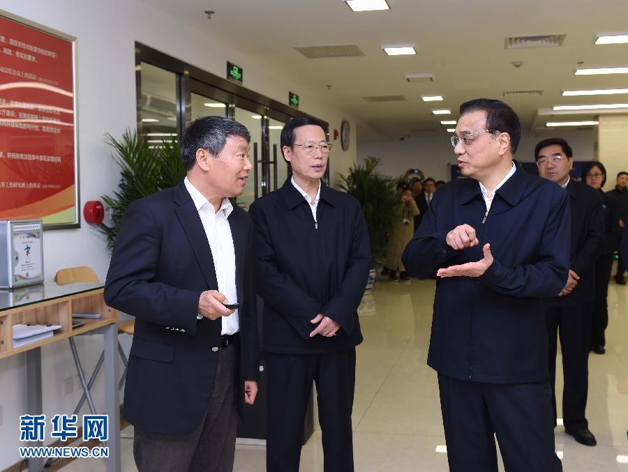 这是李克强在国家发改委政务服务大厅考察。 新华社记者 饶爱民 摄