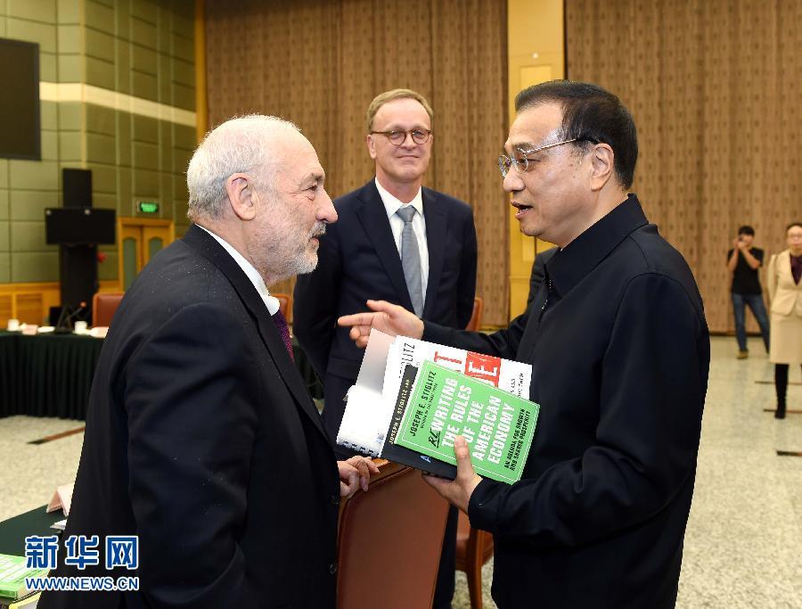 这是座谈会后李克强同与会外国专家亲切交流。 新华社记者 饶爱民 摄