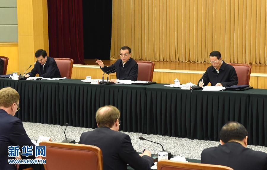 这是李克强主持座谈会。 新华社记者 饶爱民 摄