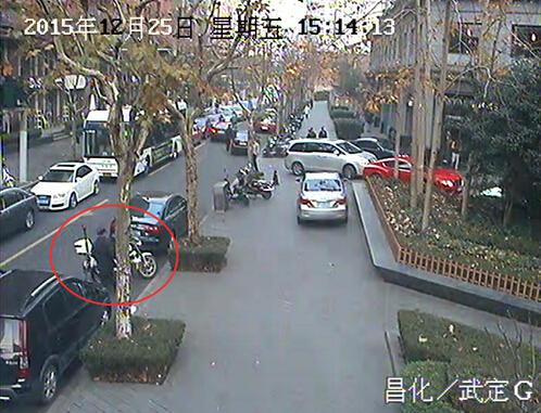 驾驶员不满被交警贴罚单 怒扔警用摩托车行驶证