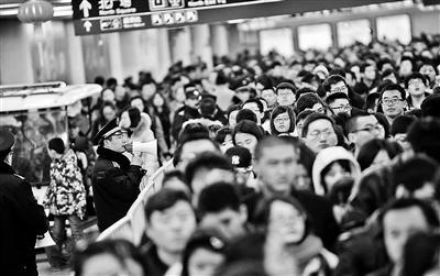 北京西站城管变身雷锋侠 春运期间每天指路上千次