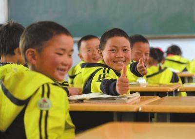 云南 鲁甸/希望小学的学生正在上课。