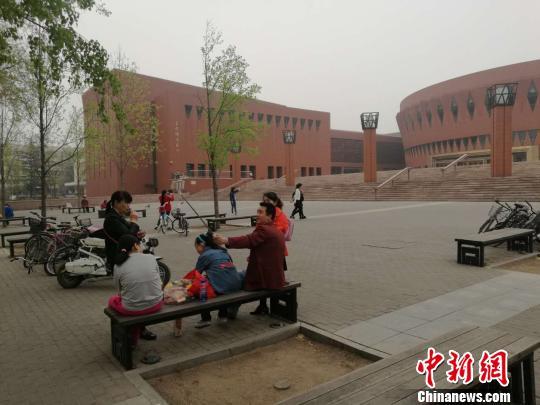 """高校出招应对游客爆满:大学校园该不该""""限客""""?"""