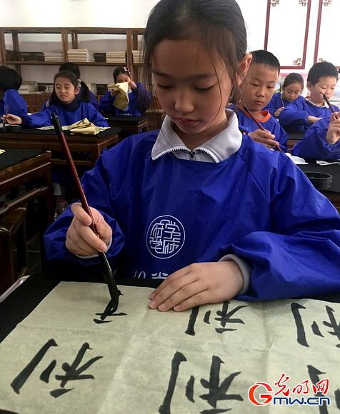 从家长促进孩子爱书法 到学校入正课重视传统文化教育