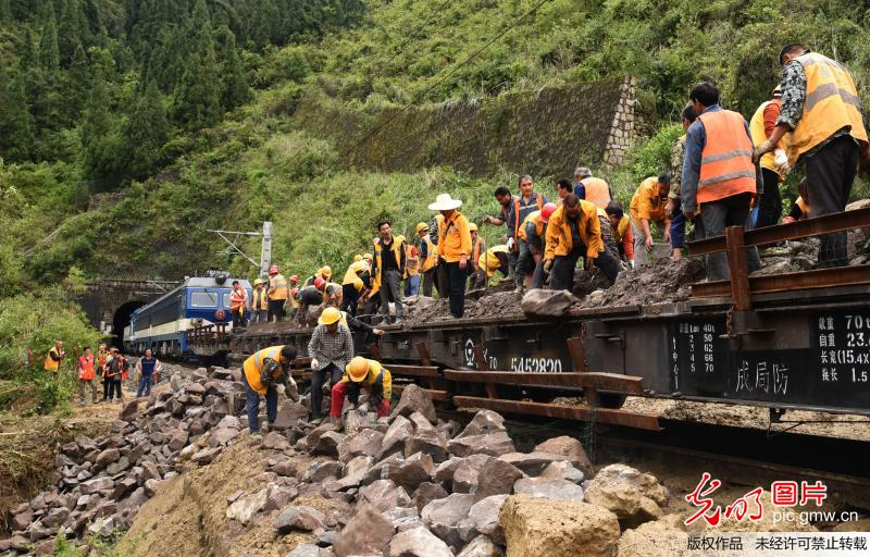 因泥石流中断行车的川黔铁路恢复通车