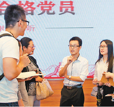 徐川(右二)在党课后与听众交流。