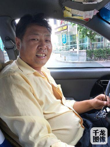 出租车司机金四福-首都的士党员爱心车队的哥聂秀军,入党8年,热爱工作.图为记者下