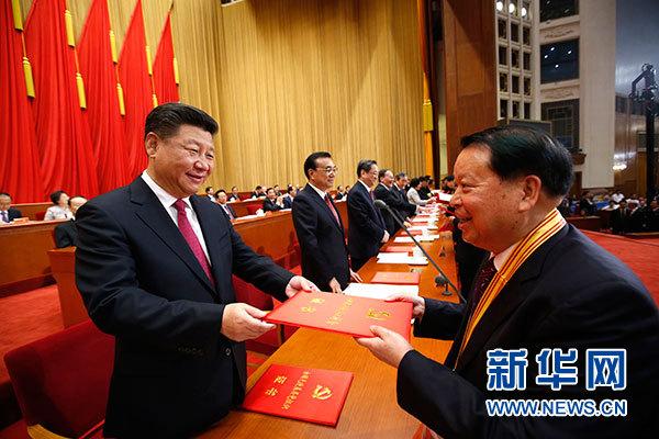 7月1日,庆祝中国共产党成立95周年大会在北京人民大会堂隆重举行。这是习近平等在大会上向受表彰的先进个人和先进集体代表颁奖。新华社记者 鞠鹏 摄