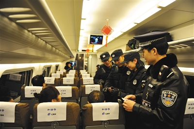 身份证 呼和浩特铁路/2015年1月8日,在呼和浩特开往包头的动车上,呼和浩特铁路公安...
