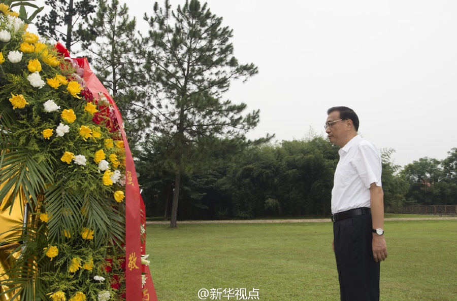 李克强向瑞金红军烈士塔敬献花篮 - 小花新新 -