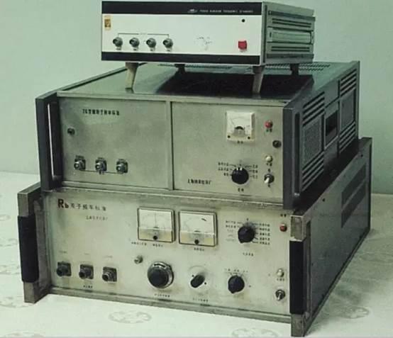 中国第一台铷原子钟(上海光机所研制)