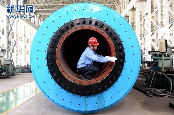 2016年9月17日,江苏瑞恩电气股份有限公司员工正在吊装干式节能变压器。该公司摒弃传统变压器生产技术,改产非晶节能变压器和干式变压器,年可节省铜材320吨。新华社发(李存根 摄)