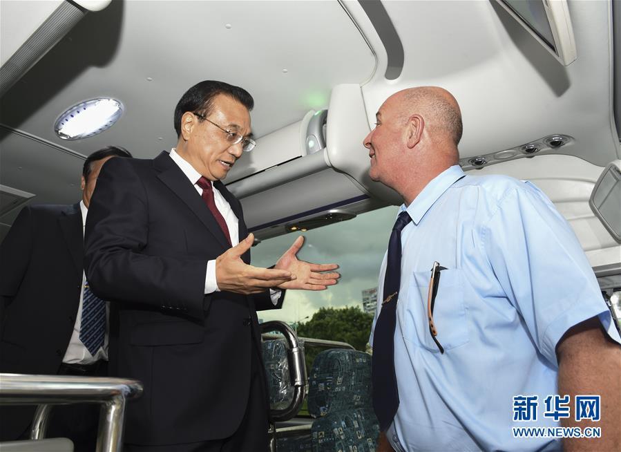 """(时政)李克强在古巴体验中国出口客车 考察中国装备""""走出去"""""""