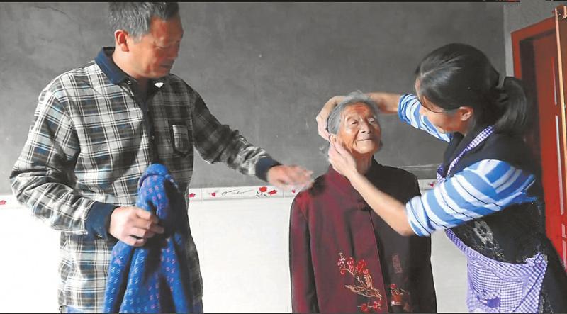 村支书照顾102岁孤寡