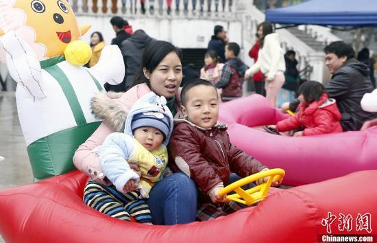 """中国""""独一代""""成育儿中坚 公共支持体系亟待加强"""