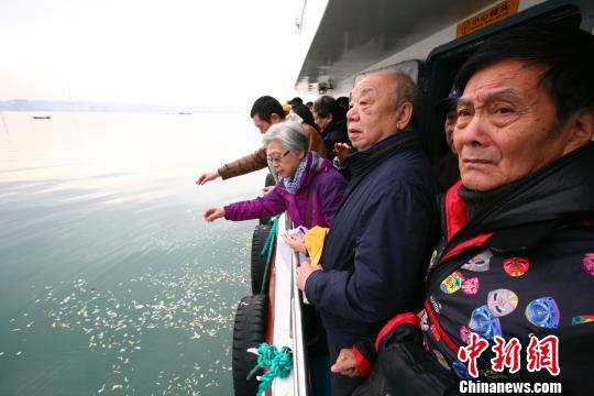 福建船政名杰后裔与北洋海军将士后裔刘公岛上祭英烈