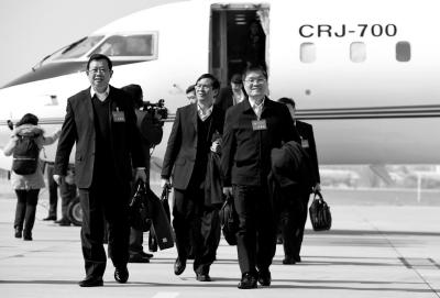 3月1日,来自广西壮族自治区的全国政协委员抵达北京。新华社发