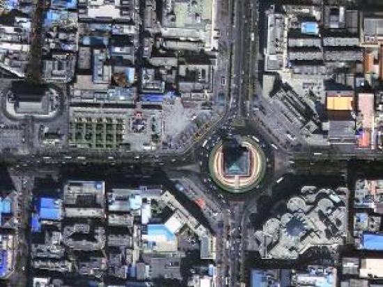 图为西安钟楼,圆盘道路上车辆的行驶方向清晰可辨。