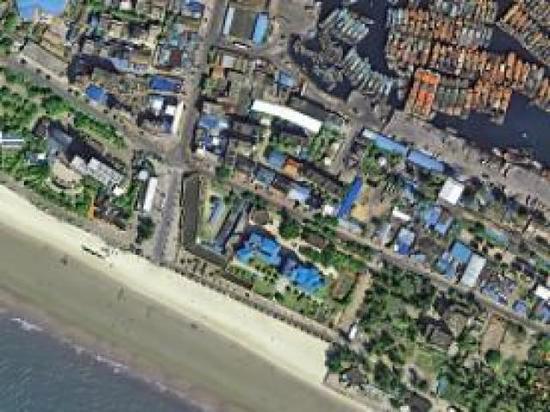 图为广西壮族自治区北海的岸边,沙滩上可以看见不少游人。