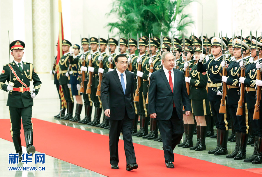 3月20日,國務院總理李克強在北京人民大會堂同來華進行正式訪問的以色列總理內塔尼亞胡舉行會談。這是會談前,李克強在人民大會堂北大廳為內塔尼亞胡舉行歡迎儀式。新華社記者龐興雷攝