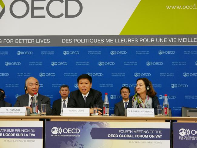 4月13日,王军在经济合作与发展组织(OECD)第四届增值税全球论坛作主旨发言。  4月13日,王军在经济合作与发展组织(OECD)巴黎总部会见OECD副秘书长玉木林太郎。 4月12日至14日,经济合作与发展组织(OECD)第四届增值税全球论坛在法国巴黎举行,中国国家税务总局局长王军应邀出席并代表中国税务部门作主旨发言,介绍中国推行营改增的做法和经验。王军表示,作为世界第二大经济体,中国全面推开营改增试点既是当前大力推进供给侧结构性改革的战略举措,又是立足长远打造增长友好型税收体系的重大实践,彰显了中国