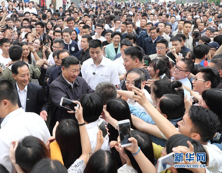 5月3日,中共中央总书记、国家主席、中央军委主席习近平来到中国政法大学考察。这是习近平同校园道路两旁的师生热情握手。新华社记者 王晔 摄