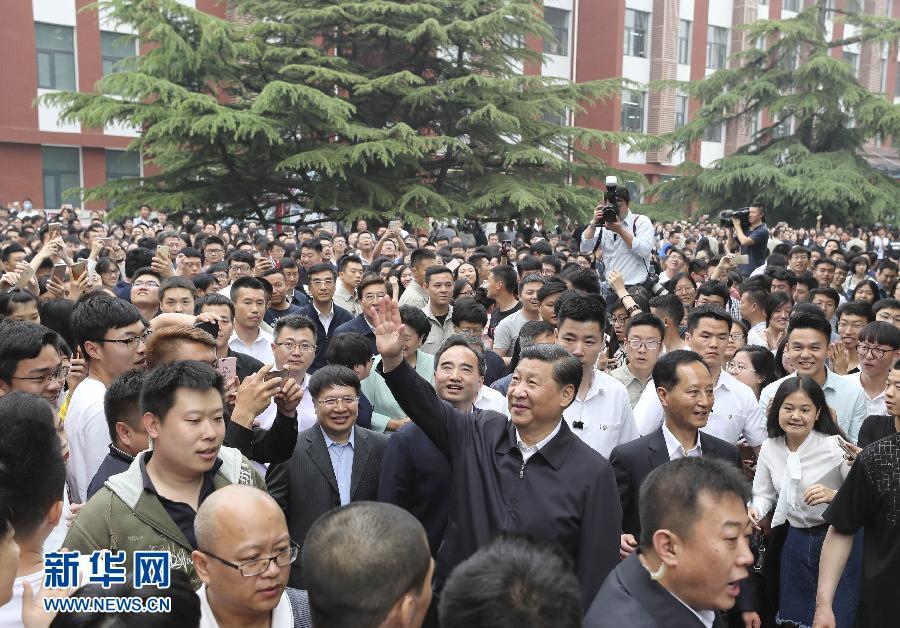 5月3日,中共中央总书记、国家主席、中央军委主席习近平来到中国政法大学考察。这是习近平向远处的师生们挥手致意。新华社记者 丁林 摄