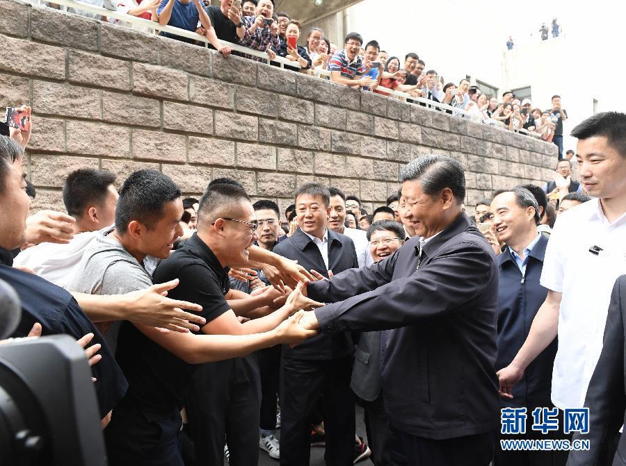 5月3日,中共中央总书记、国家主席、中央军委主席习近平来到中国政法大学考察。这是习近平同校园道路两旁的师生热情握手。新华社记者 李学仁 摄