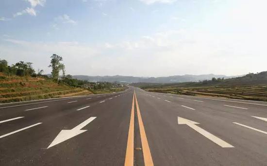 △二级公路:一般指能适应年平均昼夜中型载重汽车为3000—7500辆,设计速度有60-80 km/h,双向行驶且无中央分隔带的双车道公路。