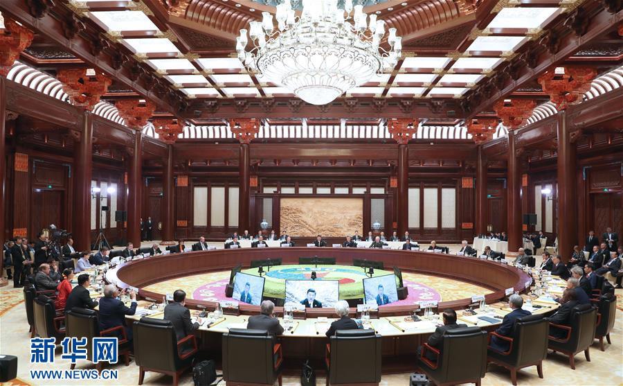"""5月15日,""""一带一路""""国际合作高峰论坛圆桌峰会在北京雁栖湖国际会议中心举行,国家主席习近平主持会议并致开幕辞。 新华社记者 马占成 摄"""