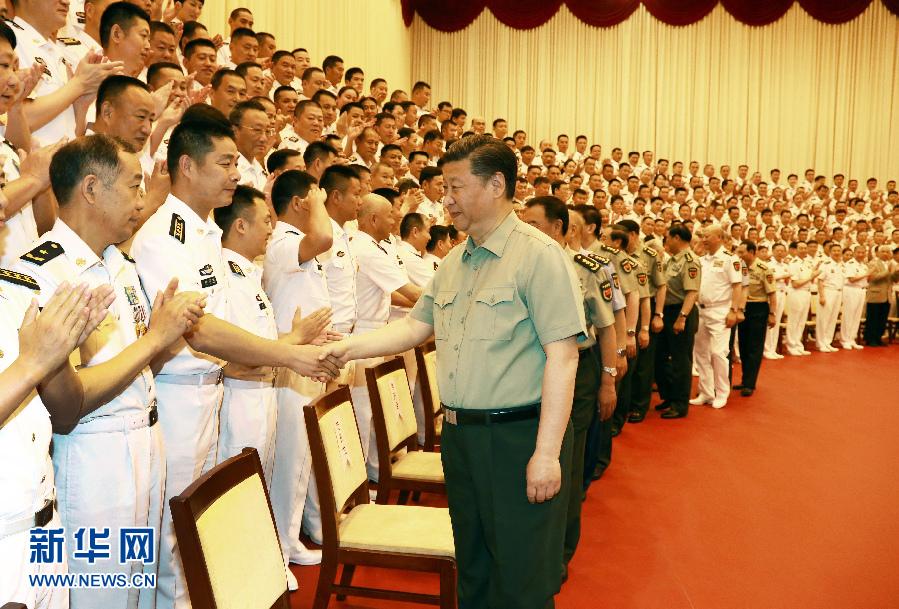 5月24日,近平视察海军机关,亲切接见海军第十二次党代会全体代表和海军机关正师职以上领导干部。这是近..平同大家亲切握手。 新华社记者 查春明 摄