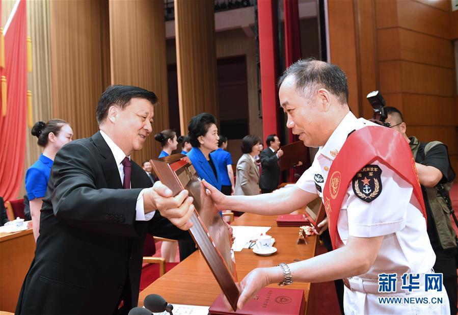 5月27日,庆祝全国科技工作者日暨创新争先奖励大会在北京举行。中共中央政治局常委、中央书记处书记刘云山出席会议并讲话。这是刘云山为获奖先进集体和先进个人颁奖。新华社记者 饶爱民 摄