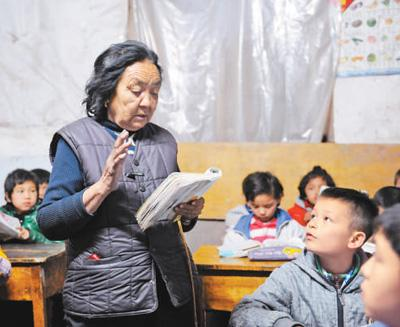 75岁潘玉莲25年免费教学:送出2000名孩子 本身是低保户