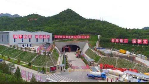 (图:建设中的京张高铁八达岭长城站)