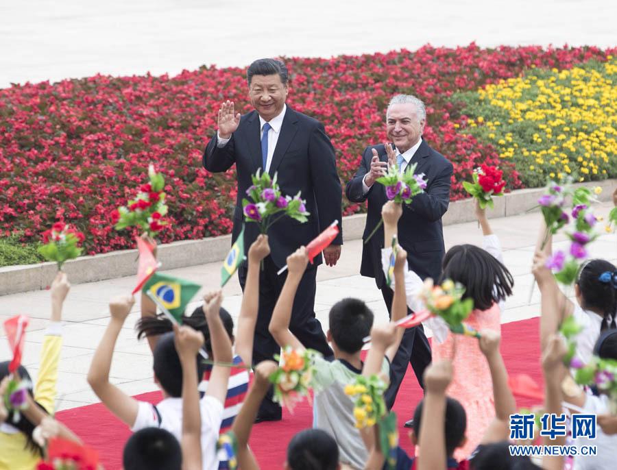 9月1日,国家主席习近平在北京人民大会堂同来华进行国事访问并出席金砖国家领导人厦门会晤和新兴市场国家与发展中国家对话会的巴西总统特梅尔举行会谈。这是会谈前,习近平在人民大会堂东门外广场为特梅尔举行欢迎仪式。新华社记者王晔摄