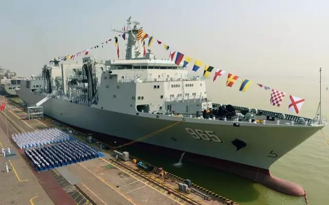 """首艘四万吨级补给舰就位 中国航母编队""""如虎添翼"""""""