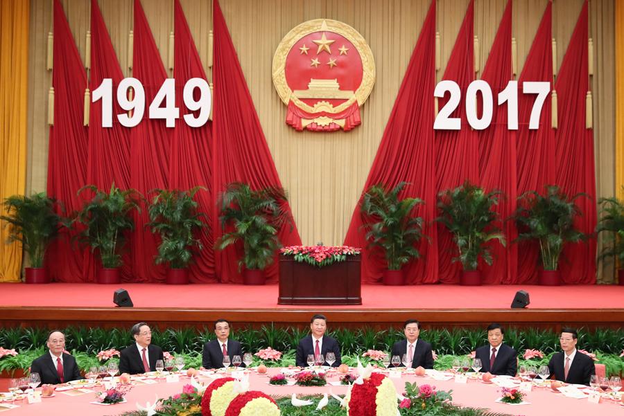 9月30日晚,国务院在北京人民大会堂举行国庆招待会,热烈庆祝中华人民共和国成立六十八周年。习近平、李克强、张德江、俞正声、刘云山、王岐山、张高丽等党和国家领导人与中外人士欢聚一堂,共庆佳节。新华社记者 兰红光 摄