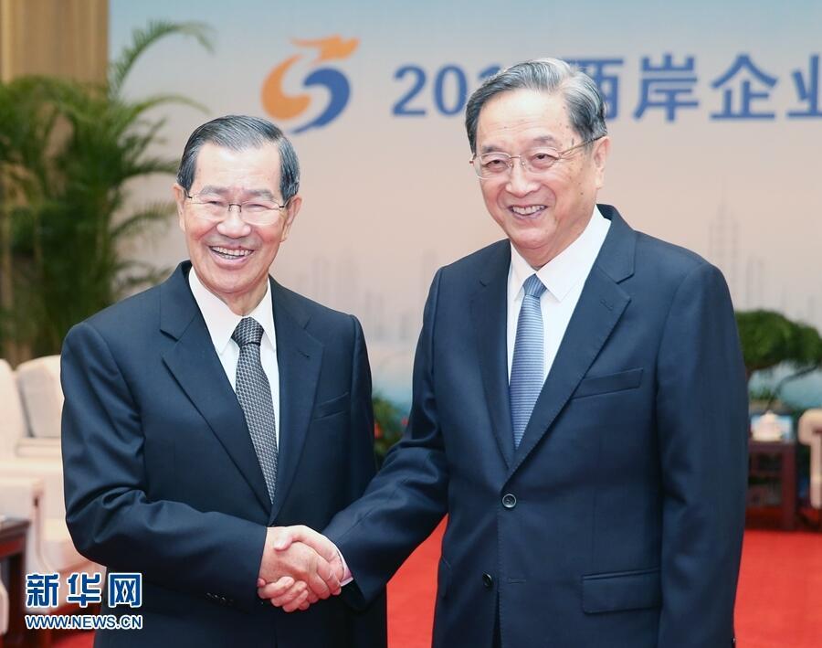 11月6日,2017兩岸企業家紫金山峰會在江蘇南京舉行。全國政協主席俞正聲出席大會並致辭。會前,俞正聲會見蕭萬長等兩岸參會主要代表。新華社記者 姚大偉 攝