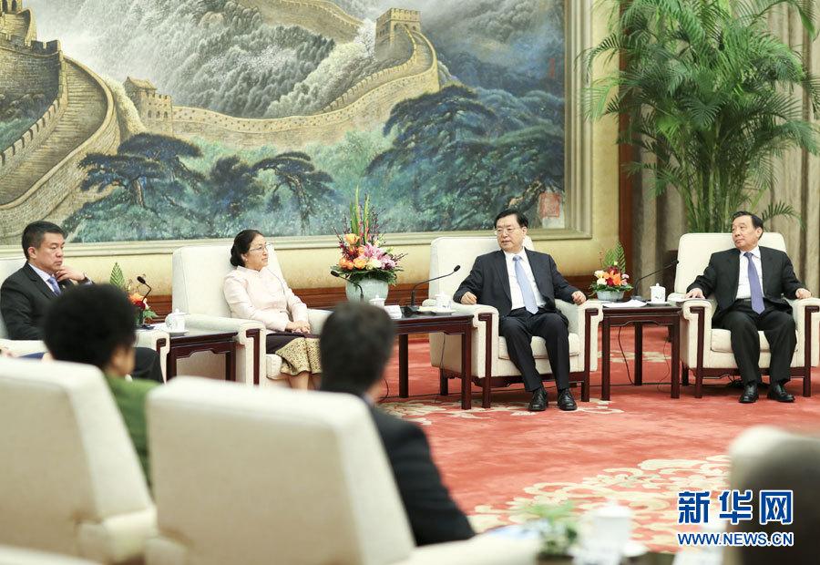 12月2日,全國人大常委會委員長張德江在北京人民大會堂集體會見出席中國共産黨與世界政黨高層對話會的部分兼任議會領導職務的外國政黨領導人。新華社記者丁林攝