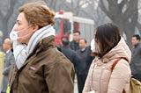 記者戴口罩採訪聚焦空氣治理
