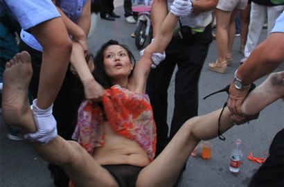 """顾朝曦/郑州街头现""""裸奔女""""疑受精神刺激已被警方带走"""
