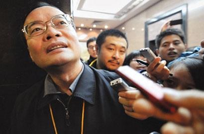 """東莞市長""""突圍""""記:被記者圍堵一直面帶笑容"""