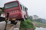 客車撞橋護欄後半邊懸空