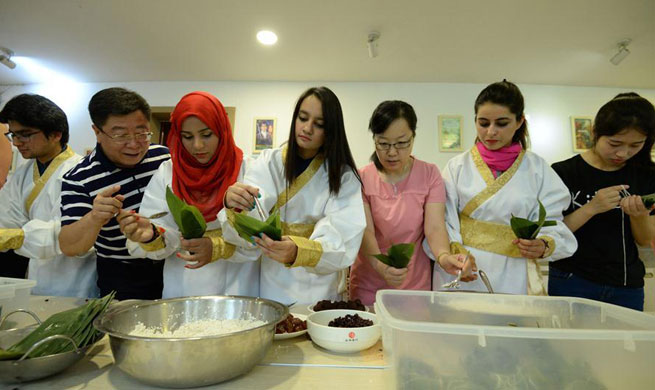 """Foreign students make """"zongzi"""" to mark upcoming Dragon Boat Festival"""