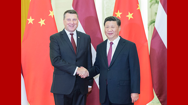 习近平会见拉脱维亚总统韦约尼斯