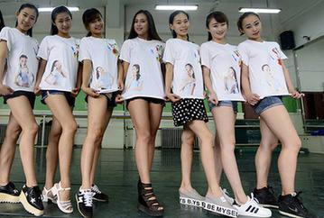 舞蹈系女生拍创意毕业照图片