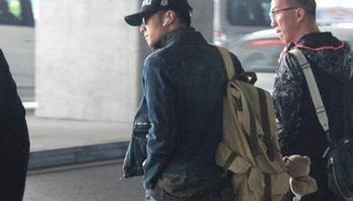 謝霆鋒現身機場背包挂小熊包鏈
