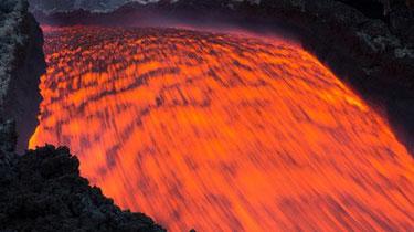 """壯觀!世界最""""能噴""""火山持續爆發 岩漿流動似火龍"""
