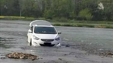 """安徽:男子聽導航""""指示"""" 將車開到河中央被困"""