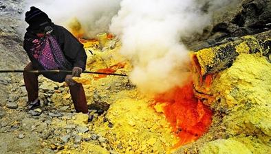 地獄之口討生活!印尼人活火山口採硫磺